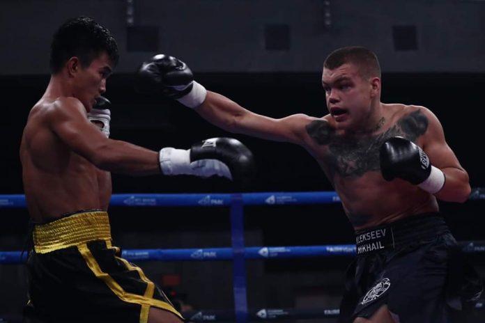 Negrense Roldan Aldea evades the punch from Mikhail Alexeev. RCC BOXING PROMOTIONS