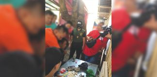 Antidrug operatives check the suspected shabu recovered from Jilson Lopez. PDEA REGION 6
