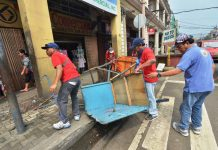 ILLEGAL STRUCTURE REMOVED. Personnel of the Iloilo City government's road clearing team remove an illegal structure from the sidewalk of JM Basa Street. The city government has until this Sept. 29 to completely remove all obstructions from streets and sidewalks. IAN PAUL CORDERO/PN