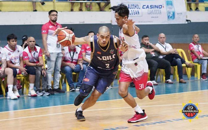 Iloilo United Royals' Erick Rodriguez attacks the defense of Valenzuela SPV/TOP Marketplace's Jaymar Gimpayan. MPBL PHOTO