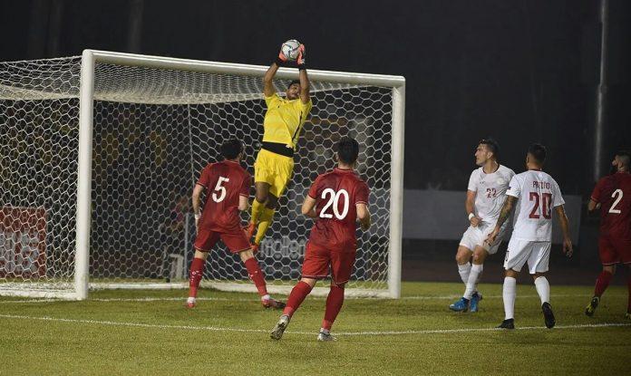 Philippine Azkals goalkeeper Michael Falkesgaard saves the attempt from Syria. PFF PHOTO