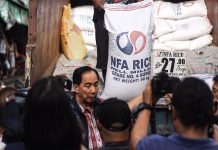 Acting Department of Agriculture secretary William Dar visits Commonwealth Market in Quezon City to inspect the price of rice. ABS-CBN NEWS