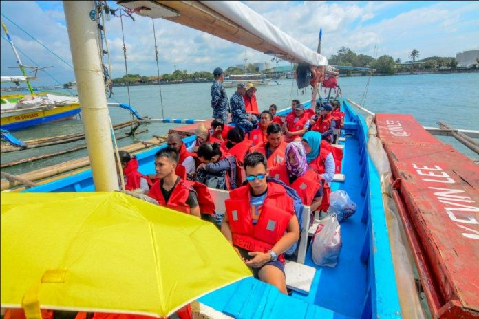 INCONVENIENT RIDE. These boat passengers bound for Guimaras from Iloilo City are exposed to the elements. Motorboats crossing the Iloilo Strait are no longer allowed to use tarpaulin covers. IAN PAUL CORDERO/PN