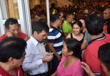 SHARING. Sen. Manny Pacquiao, accompanied by Bacolod City's Mayor Evelio Leonardia and Cong. Greg Gasataya, shares his blessings to Bacolodnons by distributing financial assistance at the lobby of the Bacolod City Government Center on Oct. 17, 2019. BACOLOD CITY PIO