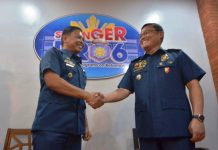 LAW ENFORCERS. Controversial Police Lieutenant Colonel Jovie Espenido (left) is welcomed to the Police Regional Office 6 by Brigadier General Rene Pamuspusan, Western Visayas police director. Espenido has been designated deputy city director for operations of the Bacolod City Police Office. His main task is to run after drug traffickers. IAN PAUL CORDERO/PN