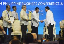 President Rodrigo Duterte (4th from left) congratulates Mayor Jerry Treñas for Iloilo City's winning of the 2019 Most Business-Friendly Highly Urbanized City (HUC) award from the Philippine Chamber of Commerce and Industry during the chambers' 45th Philippine Business Conference and Expo on Oct. 17 at the Manila Hotel.