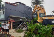 The Inter-Agency Rehabilitation Management Group starts to demolish non-compliant establishments in Boracay Island, Malay, Aklan on Thursday for their alleged encroachment of the beach-easement mark. NOEL CABOBOS/RADYOTODO/88.5FM/PN