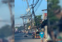 These leaning poles and dangling wires are found along Timawa Street in Molo, Iloilo City. Cong. Julienne Baronda says this is a serious public safety matter that should be addressed promptly. The House of Representatives will conduct an investigation on the series of pole fires in the city. These fires are endangering the lives of city residents, according to Baronda.