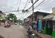 "UGLY AND HAZARDOUS. If this is not a fire hazard, what is? Though these electricity, telephone and cable television cables look more like ugly spider's cobwebs, residents of this neighborhood in Barangay Baldoza, La Paz, Iloilo City call them ""spaghetti wires"". IAN PAUL CORDERO/PN"
