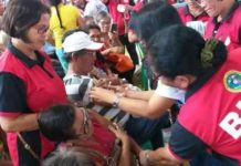 """Senior citizens get free pneumonia and flu shots administered by barangay health workers during the """"Bakunado si Lolo at Lola, Iwas Pulmonya"""" in Bacolod City on Jan. 24. Around 1,000 senior citizens and persons with disabilities were immunized during the activity. ERWIN NICAVERA"""