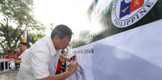 """Mayor Jerry Treñas spearheads the signing of a """"pledge of commitment"""" in support to Resolution No. 2019-654 of the Sangguniang Panlungsod encourage the public to observe """"Clean as You Go"""" – the practice of keeping one's area clean and tidy at all times."""