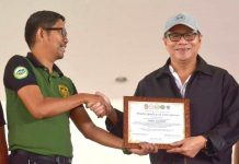 Director Alex Tablate (left) of the Philippine Drug Enforcement Agency in Western Visayas gives a certificate to Mayor Raul Banias attesting that Concepcion, Iloilo has been cleared of illegal drugs. Concepcion is the first town in northern Iloilo to be declared as drug-cleared. The declaration was made on Feb. 19, 2020. IAN PAUL CORDERO/PN