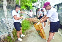 "Volunteers from the Bureau of Jail Management and Penology join the province-wide cleanup drive dubbed ""Limpyo Iloilo"" on Friday. The activity promotes culture and character of cleanliness, and spirit of volunteerism among Ilonggos, says Gov. Arthur ""Toto"" Defensor Jr. IAN PAUL CORDERO/PN"
